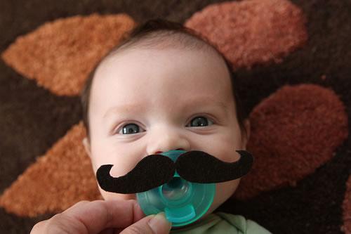 Chupete con bigotes de fieltro
