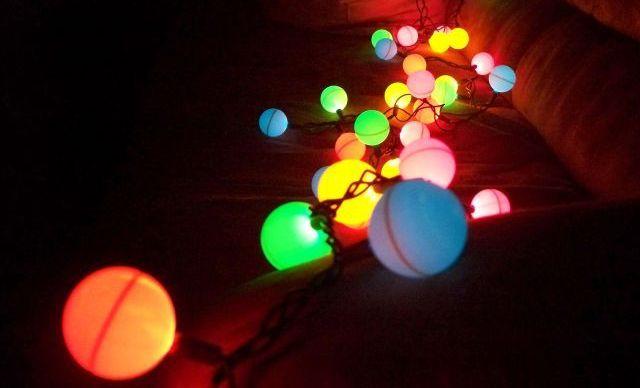 Guirnalda de luces y pelotas de tenis de mesa 1