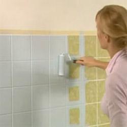C mo pintar los azulejos del cuarto de ba o gu a de manualidades - Banos sin alicatar ...