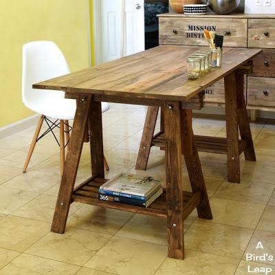 Construye una mesa r stica con caballetes gu a de - Escritorios rusticos de madera ...
