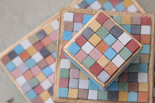 Cajas decoradas con mosaicos de colores gu a de manualidades - Mosaicos de colores ...