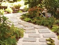 imagen Pavimentar un camino en el jardín