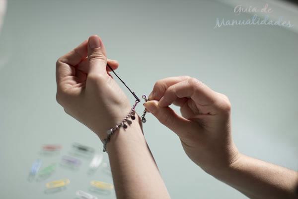 Accesorio para ponerse un brazalete 8