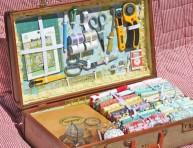 imagen Montar un costurero en una maleta vintage