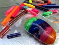 imagen Pintando piedras calientes con crayones
