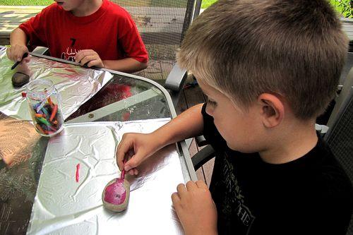 Piedras pintadas con crayones 4