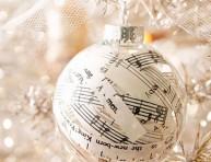 imagen Adorno navideño decorado con partituras musicales
