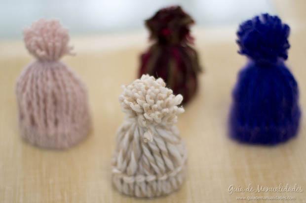 Mini gorritos de lana gu a de manualidades - Manualidades en lana ...