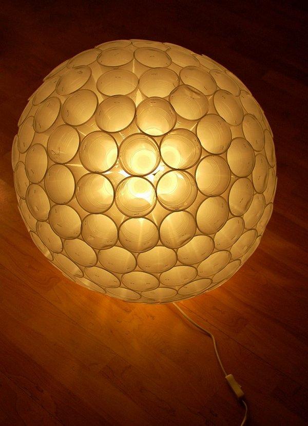 Lámpara con vasos plásticos