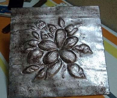 Motivo repujado en aluminio