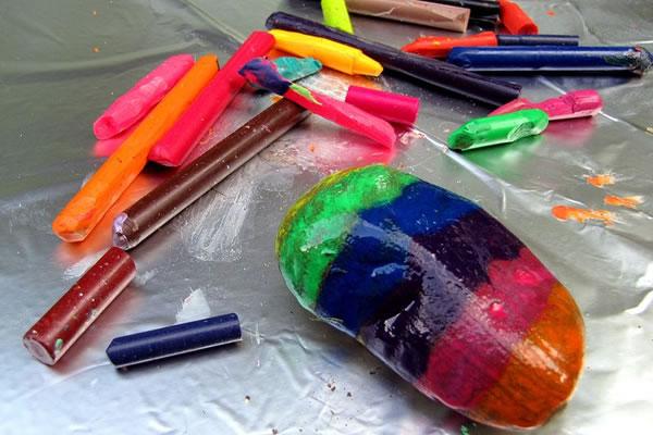 Piedras pintadas con crayones