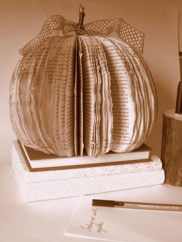 Calabaza decorativa con un libro 1