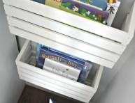 imagen Estantería para libros hecha con una caja de madera