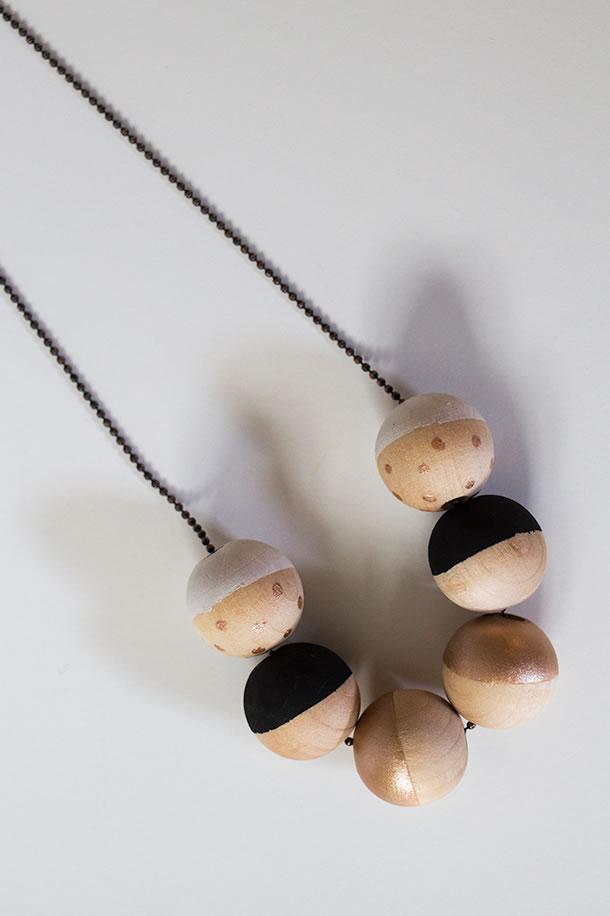 Collar con esferas de madera 1