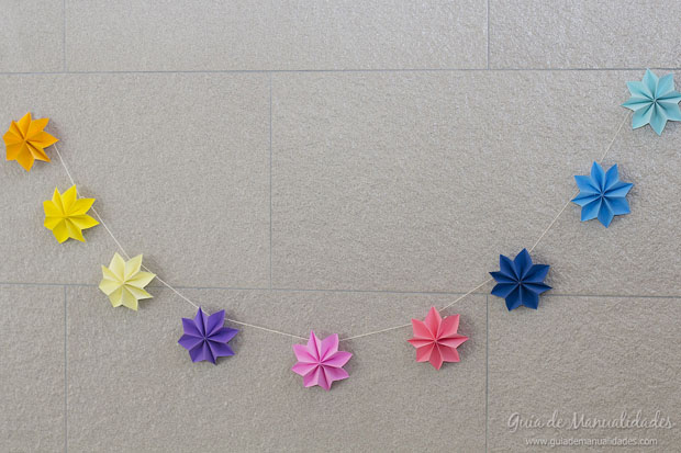 Guirnalda con estrellas de papel gu a de manualidades - Como hacer cadenetas de papel para fiestas ...