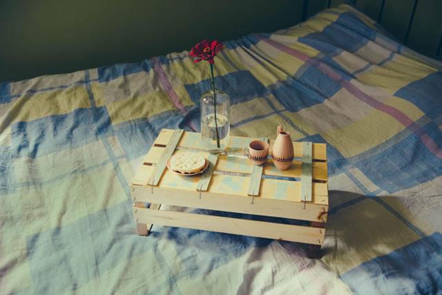 Mesita para la cama con un caj n gu a de manualidades - Mesitas para desayunar en la cama ...