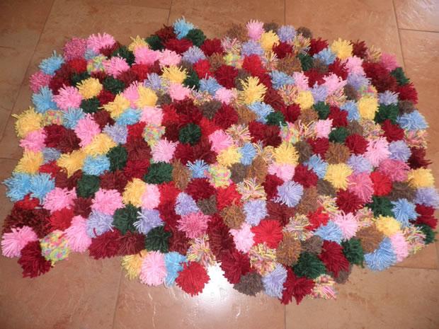 Una alfombra con pompones de lana gu a de manualidades - Alfombra de pompones ...
