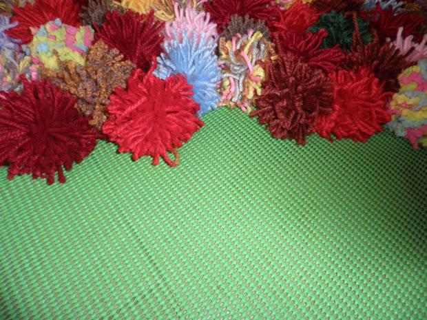 Una alfombra con pompones de lana gu a de manualidades - Alfombra de lana ...