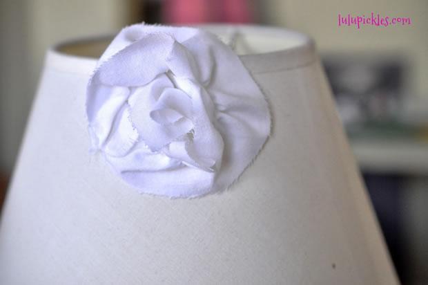 Pantalla renovada con flores de tela 6