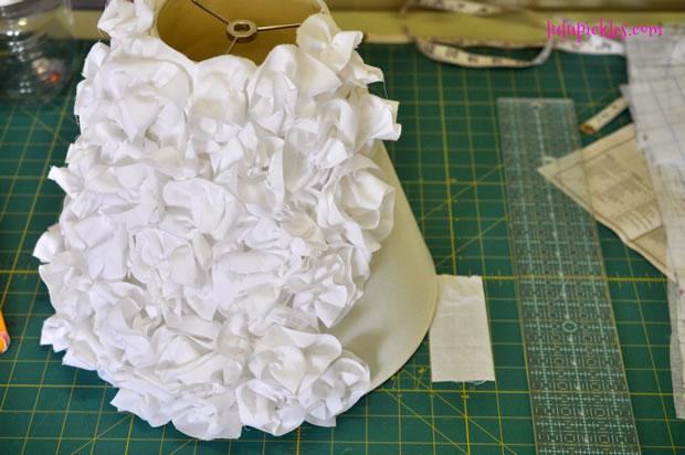 Pantalla renovada con flores de tela 7