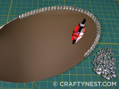 Espejo decorado con cuentas de cristal gu a de manualidades for Ideas para decorar un espejo grande
