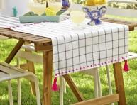 imagen Camino de mesa con paños de cocina
