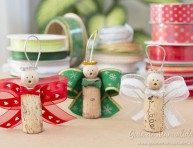 imagen Angelitos navideños con corchos y cintas
