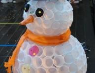 imagen Muñeco de nieve navideño con vasos plásticos