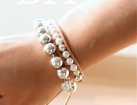 imagen Un brazalete DIY de alto contraste: perlas y cuero