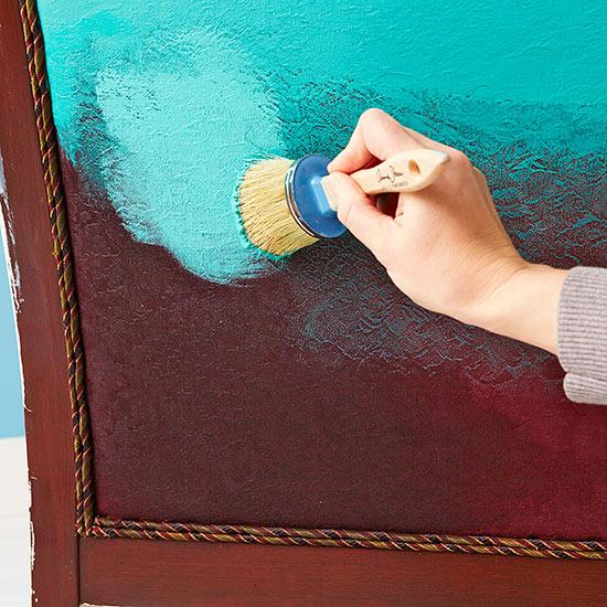 Cambia el estilo de un viejo sof con pintura gu a de - Como arreglar un sofa viejo ...