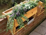imagen Macetero de madera para colgar con estante incorporado