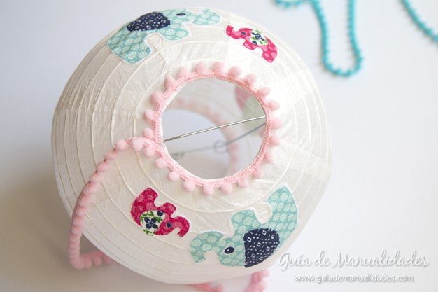 Cómo decorar una lámpara china con diseños de tela   guía de ...