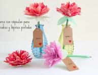 imagen Regala flores con cápsulas para cupcakes y lápices pintados
