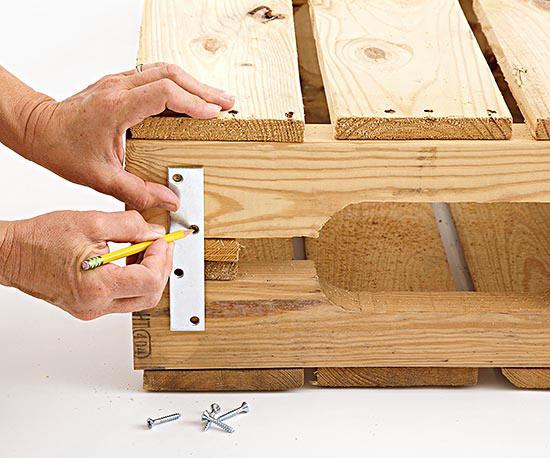 como-hacer-una-mesa-de-centro-con-palets-07