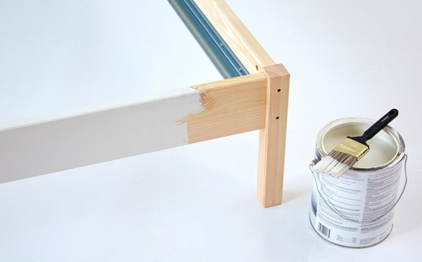 si el resto de la cama es de madera natural podemos darle una mano de pintura para que tenga un mejor acabado y combine bien con la tela que hemos usado - Como Tapizar Un Cabecero