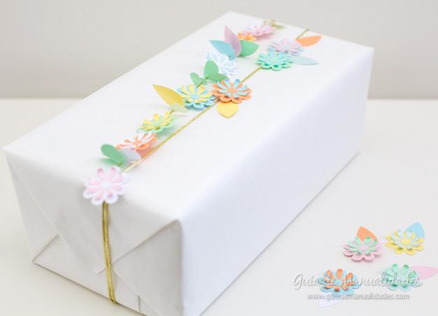 Guirnalda de flores para envolver regalos gu a de - Envolver regalos con papel de seda ...