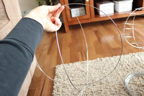 como-hacer-esferas-de-alambre-para-el-jardin-05
