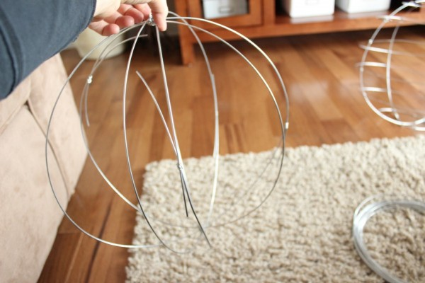 como-hacer-esferas-de-alambre-para-el-jardin-06