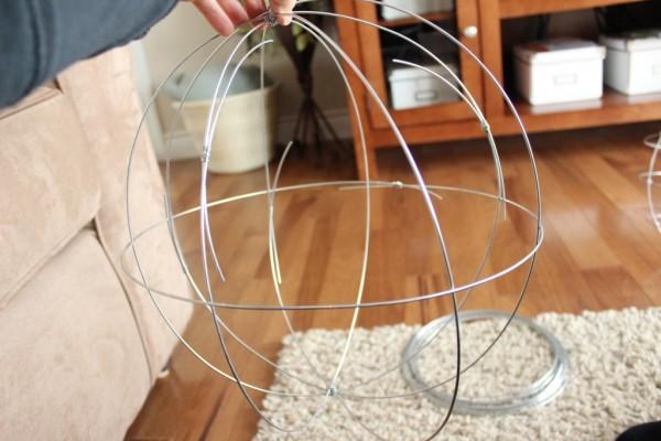 como-hacer-esferas-de-alambre-para-el-jardin-07