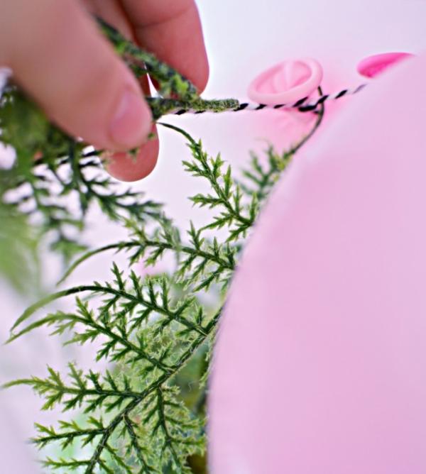 como-preparar-una-guirnalda-de-globos-y-flores-03