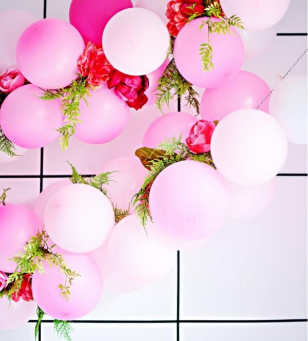 como-preparar-una-guirnalda-de-globos-y-flores-05