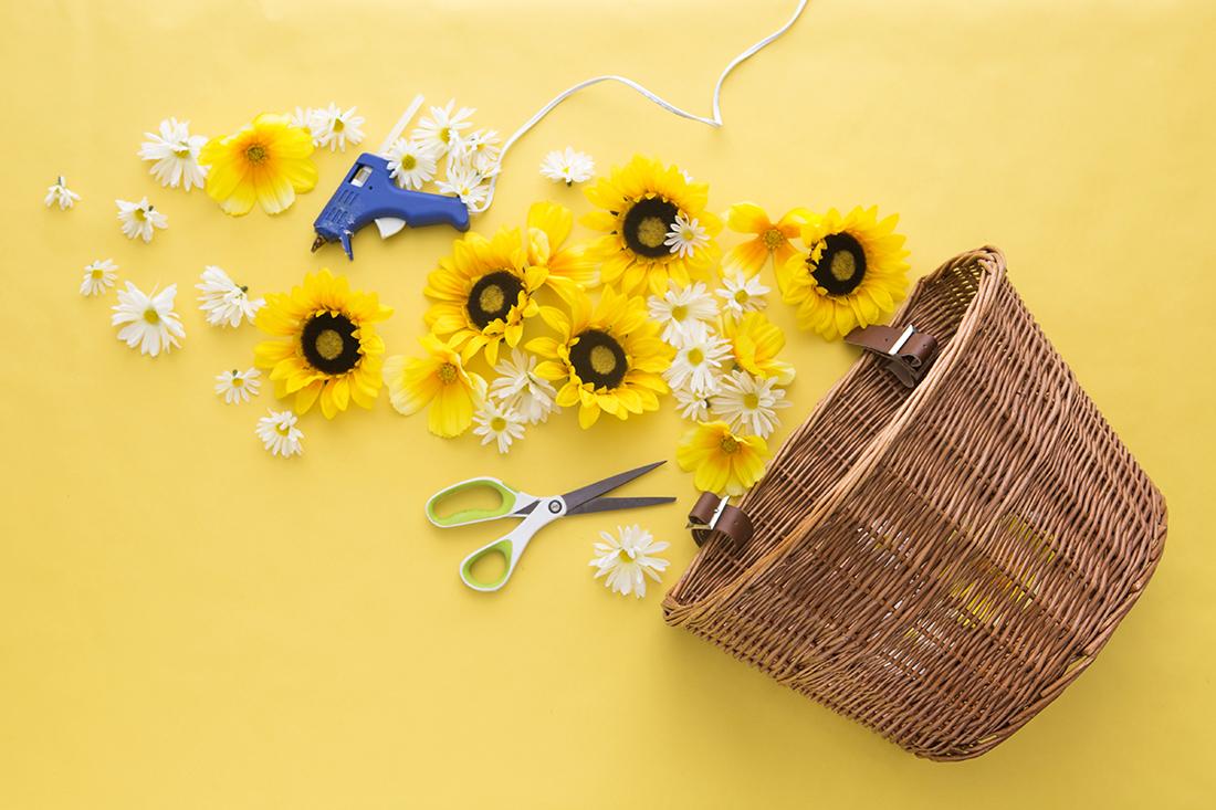 decora-una-cesta-con-flores-para-tu-bicicleta-02