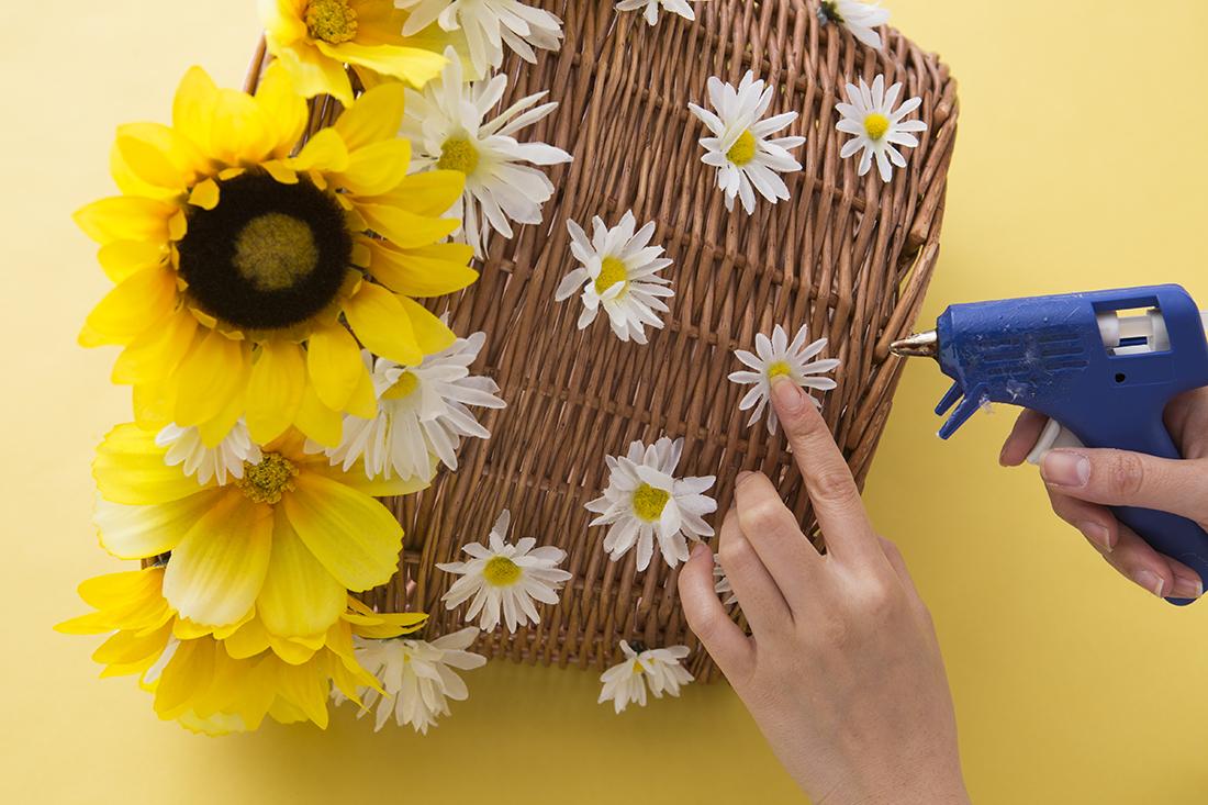 decora-una-cesta-con-flores-para-tu-bicicleta-04