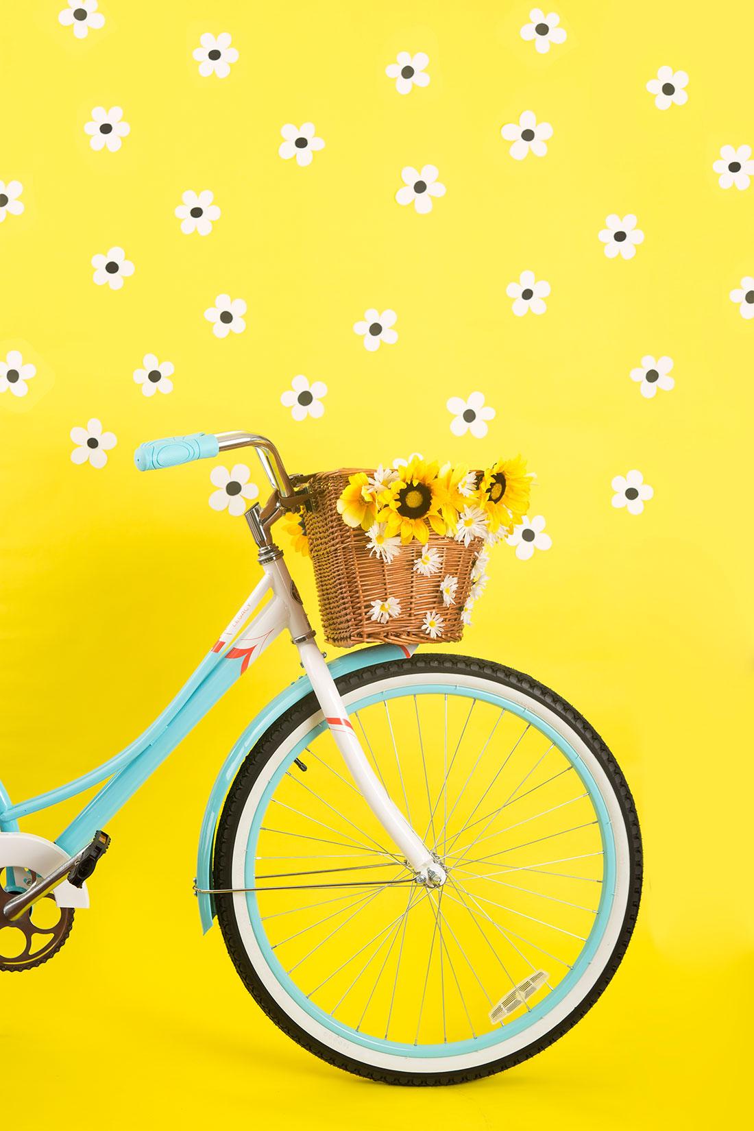 decora-una-cesta-con-flores-para-tu-bicicleta-06