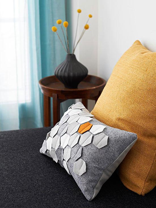 funda-de-almohada-decorada-con-fieltro-01