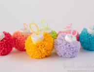 imagen Bolas navideñas con pompones de colores