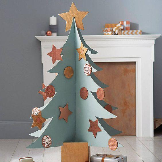 aqu al cartn lo han pintado de blanco y los adornos son de diversos materiales como papel papel crep y pompones - Arbol De Navidad De Carton