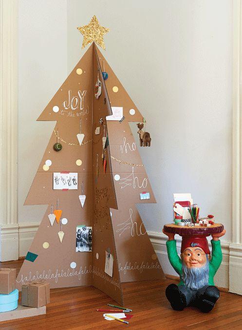 se requiere de un cartn resistente para que pueda resistir el peso de todos los adornos tradicionales con los que se ha decorado - Arbol De Navidad De Carton