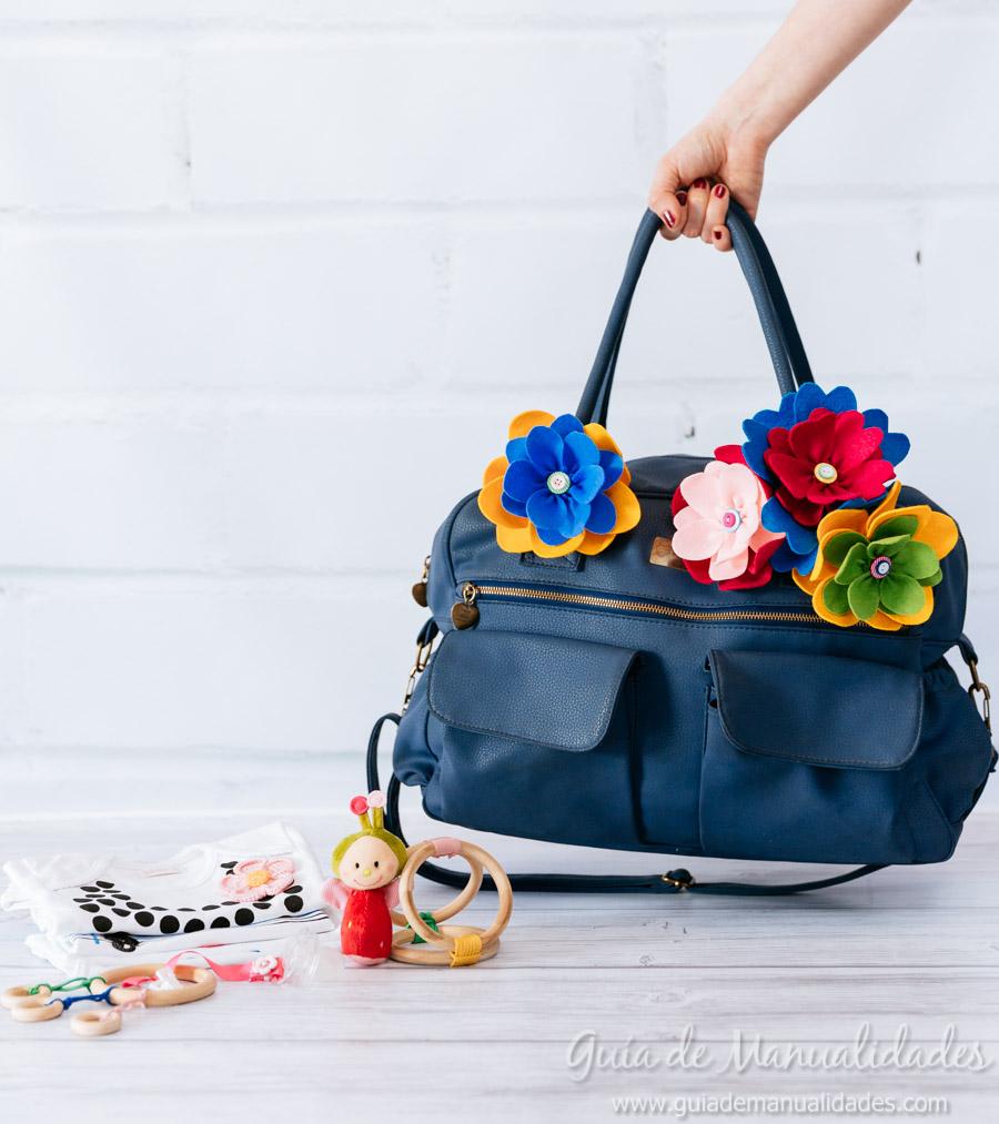 Decora el bolso de tu beb con flores de fieltro gu a de - Decorar cojines con fieltro ...