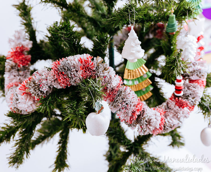 Manualidades Navidad Guirnaldas.Guirnalda Navidena Con Papel Para Regalo Guia De Manualidades